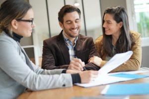 pareja-atractiva-firma-acuerdo-venta-agente-inmobiliario_69315-500